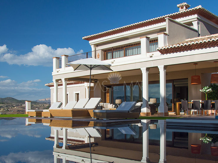Luxury Villa in Moraira with impressive open views!